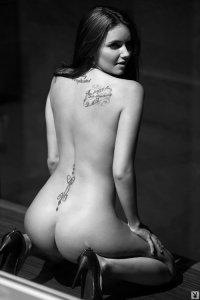 Чёрно белое фото девушки Erin Heidrich
