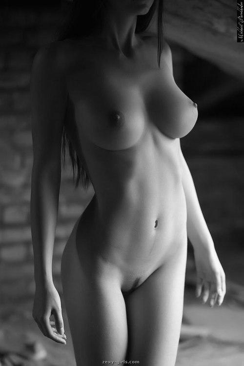 Черно белые эротические фото голых девушек