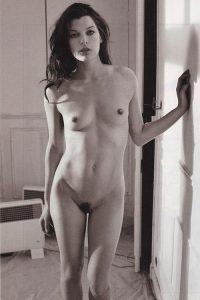 Чёрно-белые фото голой Милы Йовович