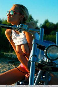 Эротические фото девушки с мотоциклом на пляже