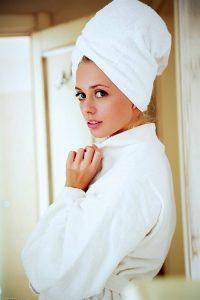 Дженифер Маккей в белом халате на голое тело
