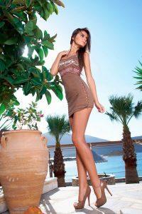 Эротические фото длинноногой девушки возле набережной