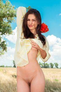 Голая Mila нарвала букет полевых цветов