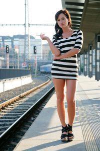 Безбашенная девушка проехала голая в поезде