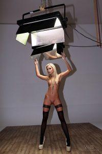 На фото голая девушка в чулках со стеклянным членом