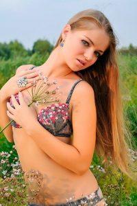 Красивая молодая девушка с маленькой грудью