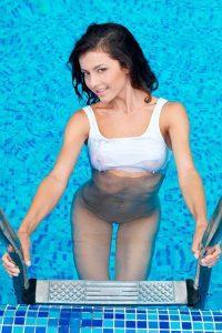 Малышка Divina A плескается голая в бассейне