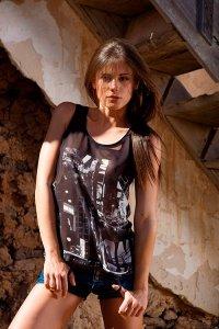 Молодая порно девушка Литл Каприс фото в руинах