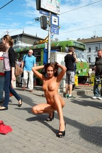 Michaela Isizzu на фото голая на улице