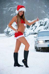 На фото голая снегурочка в лесу ловит такси
