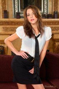 Kiera Winters разделась догола и прилегла на диван