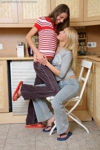 Две лесбиянки устроили секс на кухне