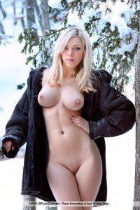 Голая на улице девушка устроила зимний стриптиз