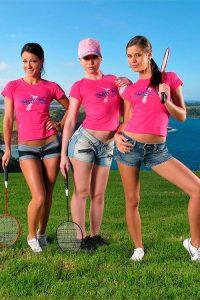 На фото красивые сексуальные девушки голые играют в теннис