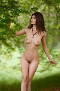 Фото красивой голой тёлки блуждающей по лесу