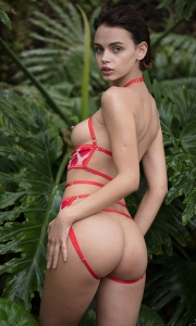 Голая девушка в джунглях